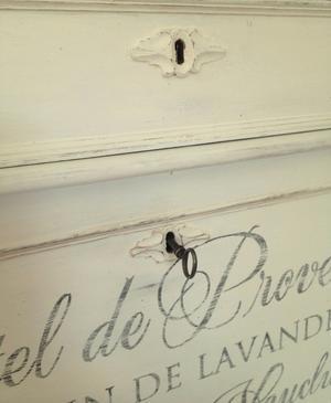 Ljuvlig chiffonjé med fransk text utanpå och inuti