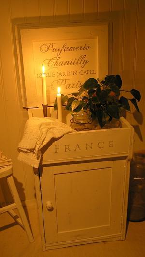 Antikt pottskåp/kommod med text Parfumerie Chantilly