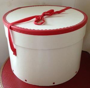 Vit hattask från 50-talet med röd kant och band
