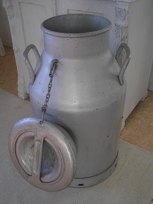 Gammal stor mjölkkanna mjölkspann