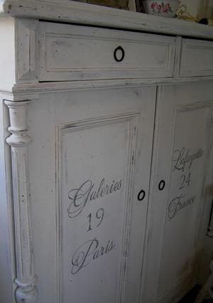 Antik skänk text Galeries Lafayette