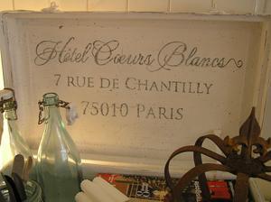 Gammal vitmålad resväska med fransk text