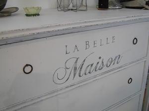Jugendbyrå med text La Belle Maison