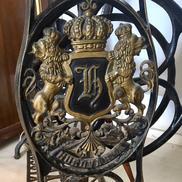 Antikt unikt symaskinsbord med lejon, krona o monogram