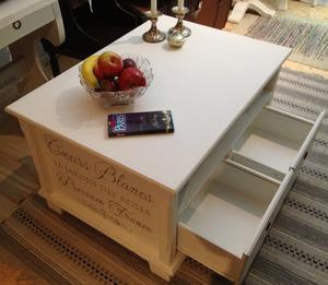 Soffbord shabby chic med lådor,  fack och fransk text