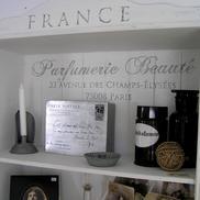 Fransk text förgyller en furubokhylla...