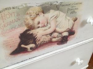 Ljuvlig antik barnbyrå / liten byrå med barn och hund