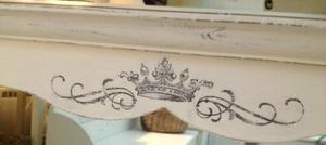 Spegel shabby chic med hylla och krona som dekor