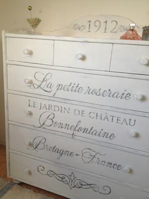 Lantlig byrå med 7 st lådor och fransk text