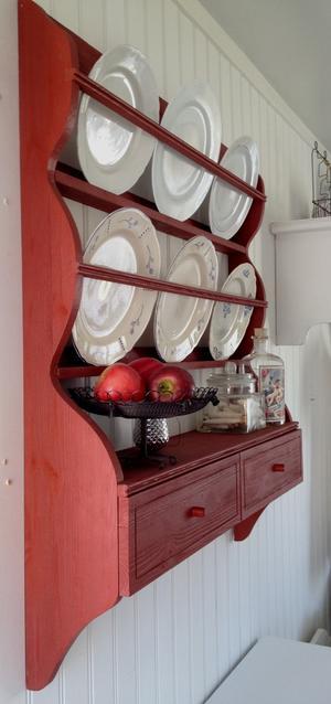 Engelskt röd tallrikshylla med lådor nertill