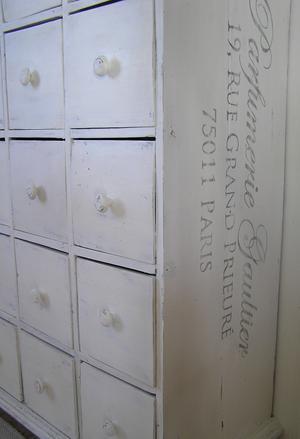 Köpmandisk 20 lådor text Parfumerie Gaultier