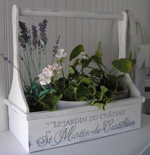 Blomlåda med handtag och fransk text
