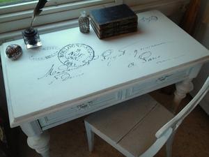 Skrivbord med svarvade ben, änglabeslag och text