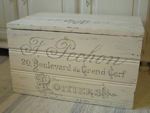 Kista shabby chic i pärlspont med fransk dekorativ text