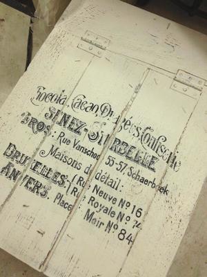 Gammal trälåda med fransk vintage-text