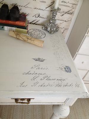 Nätt skrivbord fransk text, stämplar, franskt brev m m