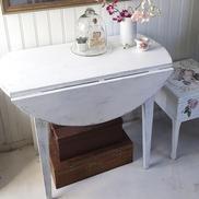 Nätt vitt klaffbord med slitage