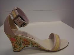Sandalett med kilklack, broderade blommor, rosa/beige