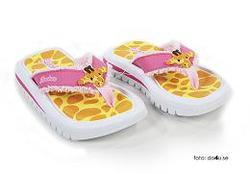 Barnsandaler med giraffmönster