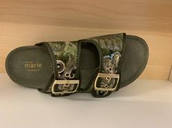 """Damsandal  """"Sköna Marie""""  i skinn och textil. Gröna med blom-mönster. Uppbygd innersula."""