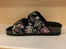 """Damsandal  """"Sköna Marie""""  Svart med blom-mönster, skinn och textil.  Uppbygd innersula."""