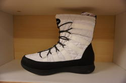 """Womens Boulder""  Skechers vinterkänga.  Waterproof,  warm tech  och memory foam - innersula. Vit/svart."