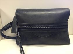 Väska mörkgrå. Storlek: bredd 30 cm, höjd 21 cm.