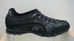 Sneakers från Skechers i svart skinn, resårband fram.