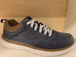 Skechers Herrsko Street Wear. Med Arch Fit sula som är uppbygd i hålfoten. Jeansfärgade med bruna detaljer.  Resår-skosnören.