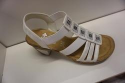 Vit sandalett med klack 7 cm. Resårband. Märke: Rieker.