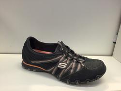 Skön Skechers-sko, grå i skinn och textil, med resår istället för snörning.