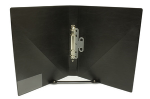Körpärm Exklusiv A4 svart, 30mm rygg, 23 mm ringmek. Snedfickor på insida, löstagbar pennhållare, etikettficka på rygg. Handtag på rygg för enhandsfattning