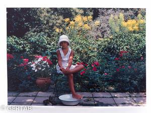 Plansch flicka i fotbad trädgård färg
