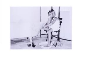Plansch flicka i fotbad badrum svart/vit