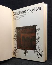 Eklund, Hans: Stadens skyltar. Gamla skyltmålningar och gatutexter i Stockholm.