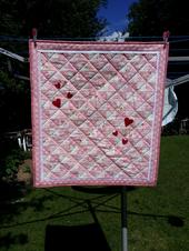 Monas barntäcke i rosa och vitt med röda hjärtan