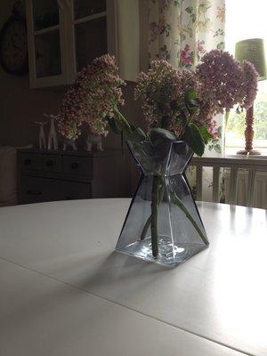 Rökfärgad vas i tjockt glas från Cult