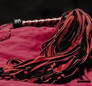 Lång Röd/Svart mockapiska – 108-svansad