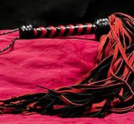 Lång Röd/Svart mockapiska – 72-svansad