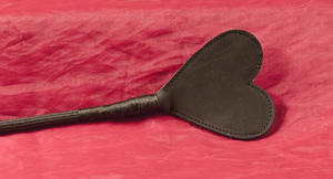 Svart ridpiska med hjärtformad flärp