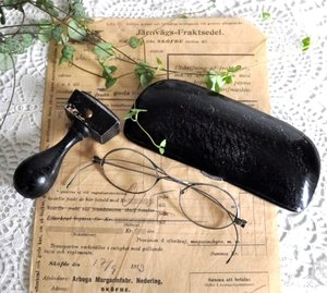 Gamla glasögon med fint fodral