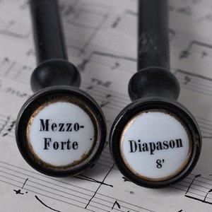Gamla orgelknappar