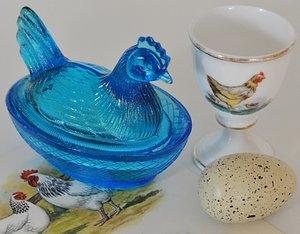 Liten ägghöna i pressglas