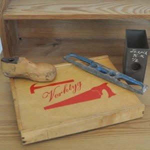 Gammal verktygslåda och vattenpass för barn