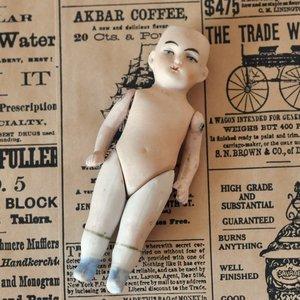 Antik docka i porslin