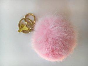 Nyckelring fluffig boll med guldberlock på