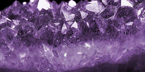 Strålande stenar och kristaller