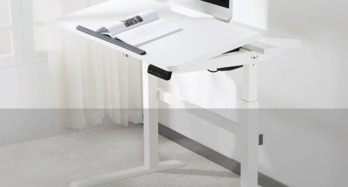 Jobba hemifrån – Vi hjälper till så att arbetsmiljön håller måttet. Elektriskt sitt-stå skrivbord för hemmakontoret. Sitter du i soffan eller vid köksbordet och arbetar, då har du sämre ergonomi än på kontoret. Ska ergonomin vara god så krävs hjälpmedel som höj- och sänkbart skrivbord, en riktigt kontorsstol samt lite hjälpmedel, för att du inte ska bli stel, men också för att minska risken för långvariga skador.