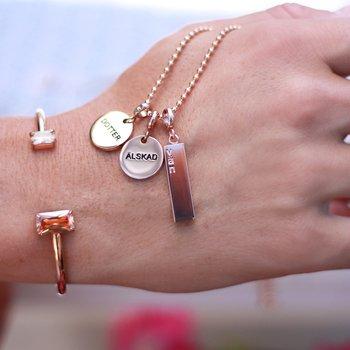 """Berlock med text """"älskad vän"""" - stål, guld, rosé"""