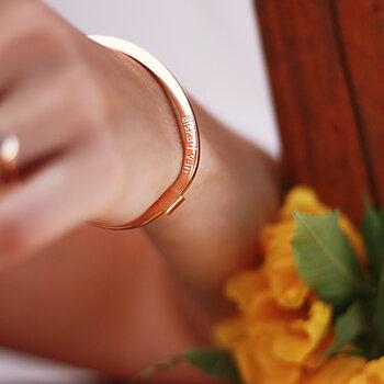 """Stelt armband med text """"älskad vän"""", rosé"""
